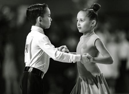 Bila Tserkva, Oekraïne. 22 februari 2013 Internationale open danssportcompetitie Stars of Ukraine 2013. Paar dansers in stijldansen. Zwart en wit fotografie Redactioneel