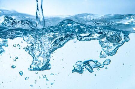 primo piano delle bolle in acqua isolata su fondo bianco