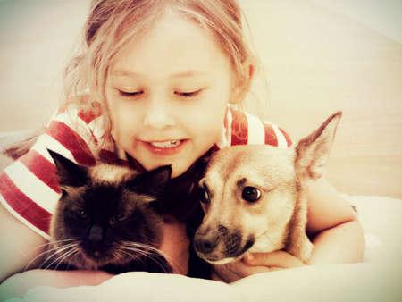 ni�os sonriendo: ni�o y el perro y el gato Foto de archivo