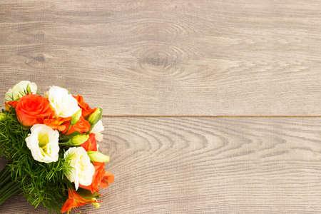 ramo de flores: ramo de flores sobre un fondo de madera