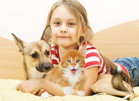friendliness: Niño y gatito y el perrito