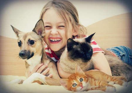 trato amable: riendo ni�a y mascotas