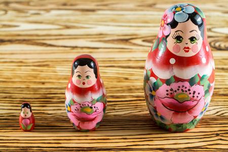 muñecas rusas: muñecas rusas sobre una mesa de madera.