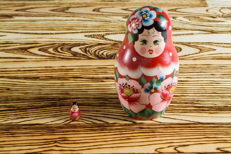 muñecas rusas: Russian dolls on a wooden table.