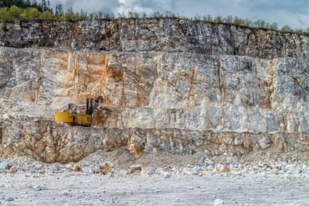 camion minero: la minería, la producción de piedra triturada y grava Foto de archivo