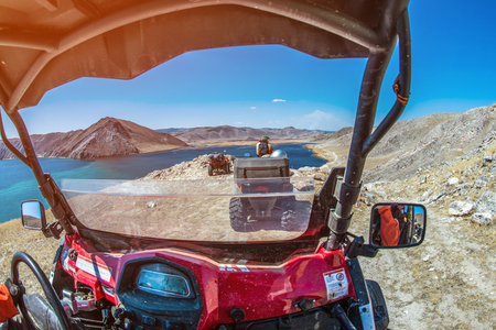 Vehículos todo terreno en el lago en las montañas en día soleado de verano