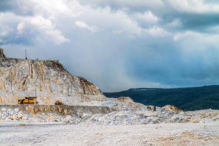 camion minero: La excavadora ha estado trabajando en la extracción de grava