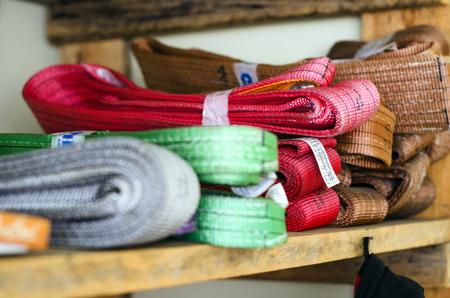 Gekleurde stroppen operationele procedures voor zware lasten zijn op het rek Stockfoto