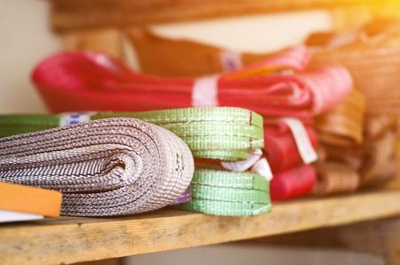 Gekleurde stroppen operationele procedures voor zware lasten zijn op het rek Stockfoto - 89810177