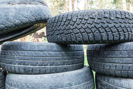 Environmental protection. Old worn-out tires lie in a pile in the landfill. Stockfoto