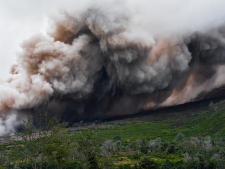 시나 붕 화산에서 나오는 두꺼운 연기와 화산재는 산 (인도네시아 수마트라)