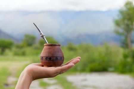 yerba mate: yerba mate en una calabaza calabaza tradicional, compañero seca parte, el espacio para el texto