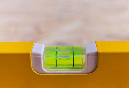 Nahaufnahme einer Nivellier-Wasserwaage, die verwendet wird Standard-Bild
