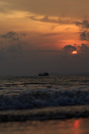 fishing boat to the sea at sunset Imagens