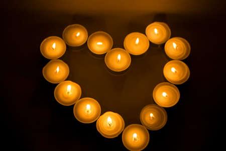 bougie coeur: coeur bougie dans le fond sombre et noir