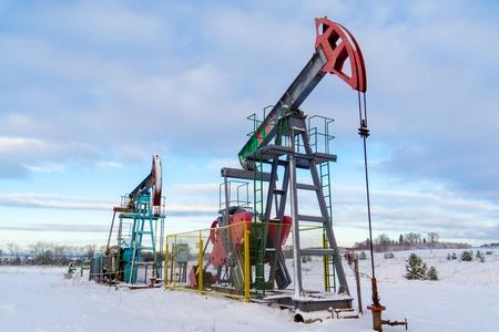 Minas y canteras. Instalaciones para la extracción de aceite de las entrañas de la Tierra. Pumpjack es el motor de superficie para una bomba de pistón alternativo en un pozo de petróleo.