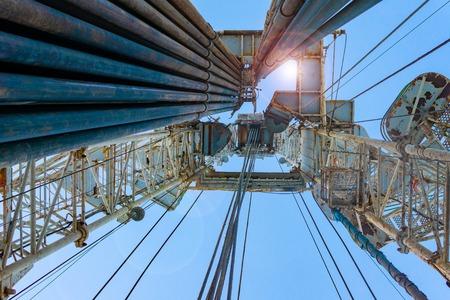 Plate-forme de forage pétrolier et gazier dessert à terre avec un paysage nuageux spectaculaire. Opération de plate-forme de forage pétrolier sur la plate-forme pétrolière dans l'industrie pétrolière et gazière. Ciel bleu de plate-forme de forage de terre