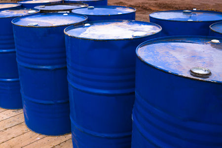 colored metal barrels. Blue oil drums containing fuel for transportation Stockfoto