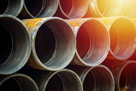 Tubería de acero galvanizado de alta calidad o Tuberías de aluminio y cromo inoxidables en pila a la espera de envío en almacén. Foto de archivo