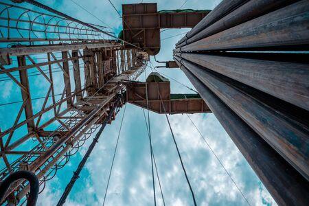 Plate-forme de forage pétrolier et gazier dessert à terre avec un paysage nuageux spectaculaire. Opération de plate-forme de forage pétrolier sur la plate-forme pétrolière dans l'industrie pétrolière et gazière.