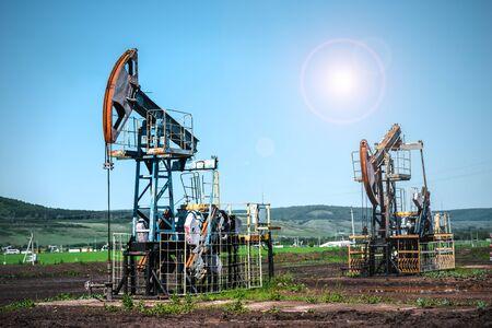 Pompownik olejowy, sprzęt przemysłowy. Maszyny kołyskowe do wytwarzania energii. Ekstrakcja oleju. Przemysł szybów naftowych.