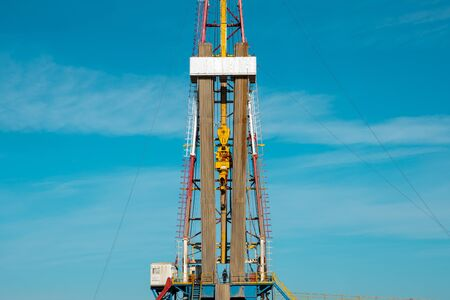 Oil and Gas Drilling Rig. Oil drilling rig operation on the oil platform in oil and gas industry. Standard-Bild - 132993286