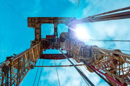 Oil and Gas Drilling Rig. Oil drilling rig operation on the oil platform in oil and gas industry Standard-Bild - 133609123
