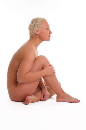 mujer desnuda sentada: hermosa mujer desnuda sentada en el suelo - aislado en blanco