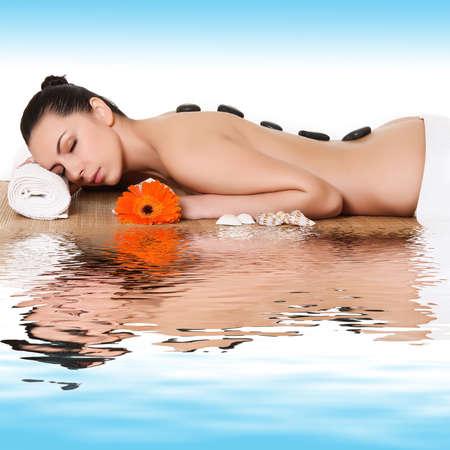 salon de belleza: Hermosa mujer con piedras calientes en la espalda Foto de archivo