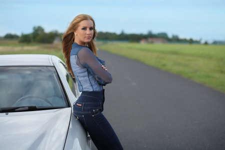 fille pr�s de la voiture photo