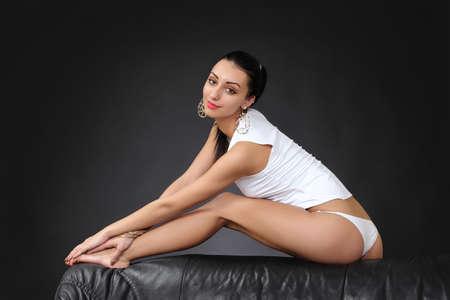 culo donna: sexy ragazza sottile in lingerie bianca