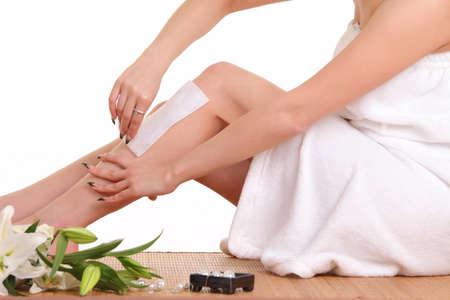 女性の足から毛を除去します。