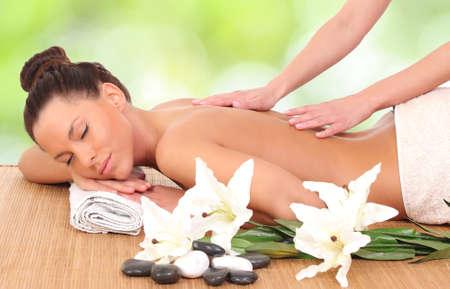 masoterapia: Mujer hermosa que disfruta de un masaje terapéutico