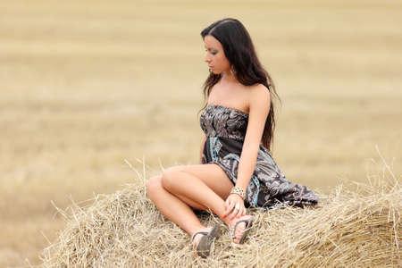 retrato de una niña en un campo de heno