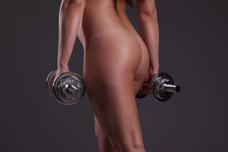 atletismo: chica de deportes hermoso con pesas