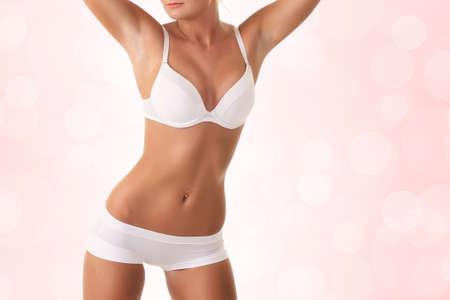 niñas en bikini: mujer con un cuerpo sexy en ropa interior blanca