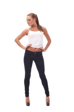 modelos negras: camiseta blanca de una sonriente niña con cuerpo perfecto
