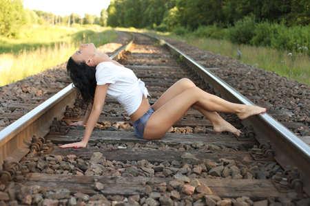 mooie brunette: beautiful brunette on the rails