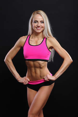 gimnasio mujeres: músculos abdominales atleta joven, chica joven de la aptitud Foto de archivo