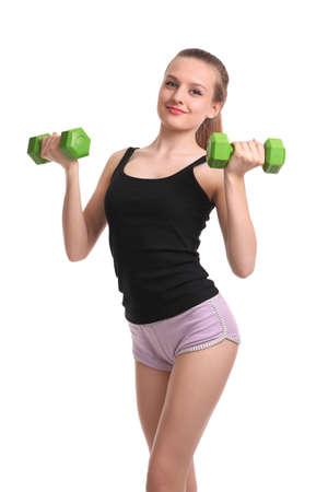 Jeune fille sportive avec des haltères verts isolés