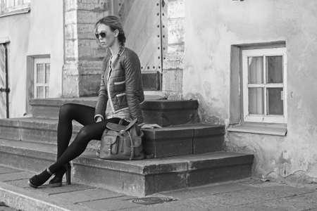 mujeres morenas: modelo de moda joven en la calle