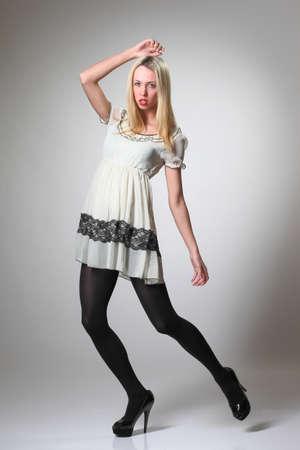 ショート ドレスで美しい若いファッション モデル