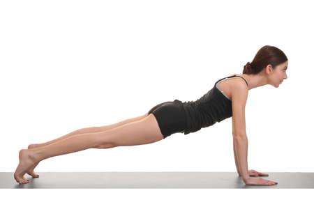 belles jambes: Jeune femme faisant des exercices de yoga sur un tapis de yoga Banque d'images