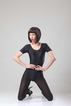 junges modisches schlankes Modell, das im Studio aufwirft