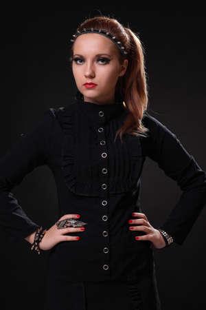 Jeune belle fille en vêtements noirs