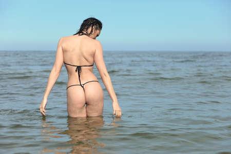 woman with sporty body in bikini at sea Imagens - 124296684