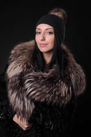 junges Mädchen mit Wollmütze und Pelzmantel Standard-Bild