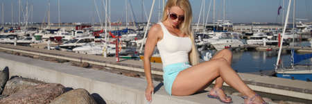 young girl in shorts and a t-shirt in the summer Standard-Bild