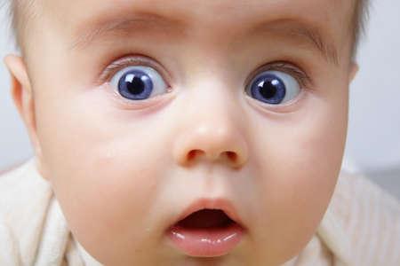 bebe cuna: la cabeza del beb� lindo disparar con los ojos azules y mirada sorprender�n