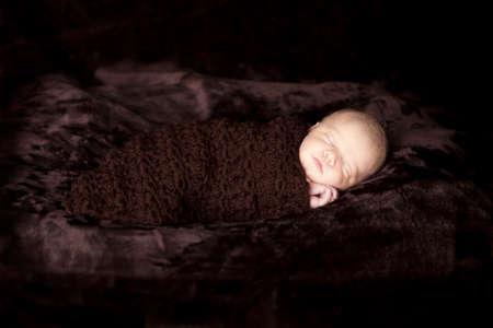 newborn baby girl sleeping 版權商用圖片